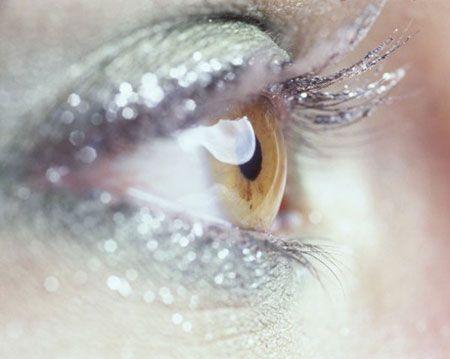 Jel sim + Eye- liner = Simli eye- liner  Eye-liner'ın keskin hatlı görüntüsünden hoşlanmıyorsanız, jel simle karıştırarak farklı bir hava elde edebilirsiniz. Önce eye- liner'ını sürün, ardından aynı fırçayla jel simi geçin.